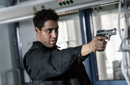 """Hakim (Kais Setti) schießt um sich. Weitere Szenen aus dem Tatort """"Zorn Gottes"""" zeigt die Bilderstrecke. Foto: NDR Presse und Information"""