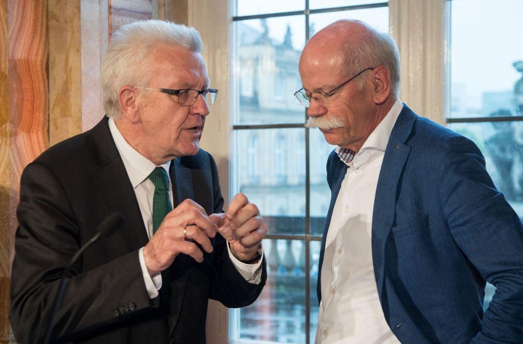 Ministerpräsident Winfried Kretschmann (links) freut sich auf die weitere Zusammenarbeit mit Dieter Zetsche als Aufsichtsrat (im Bild: die beiden auf einem Autogipfel 2017 in Stuttgart). Foto: dpa