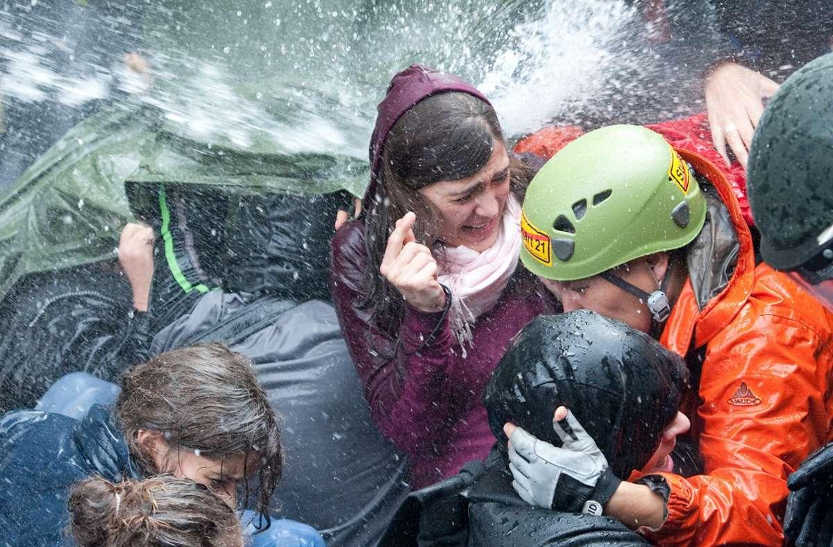 Eines der Bilder, das symbolhaft für den Polizeieinsatz im Stuttgarter Schlossgarten am 30. September 2010 steht: Demonstranten ducken sich vor dem Strahl eines Wasserwerfers weg. Foto: dpa/Uwe Anspach