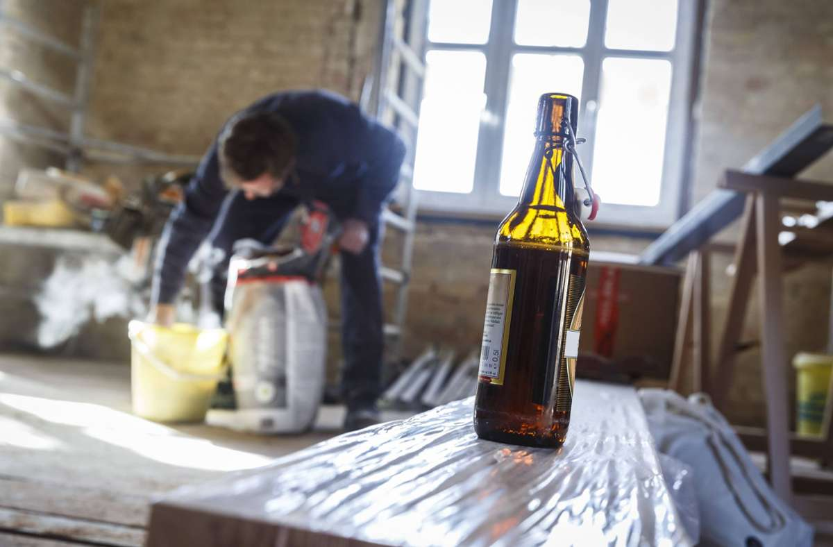 In Handwerksberufen wird einer Studie zufolge besonders viel getrunken. (Symbolbild) Foto: imago/photothek/Thomas Trutschel