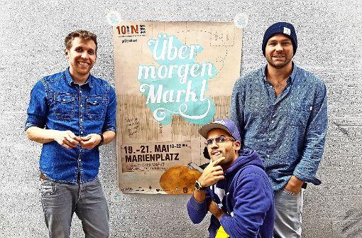 Lennart Arendt, Dominik Ochs und Tobias Reisenhofer (von links) verwandeln den Marienplatz in eine grüne Oase. Foto: Übermorgen-Markt