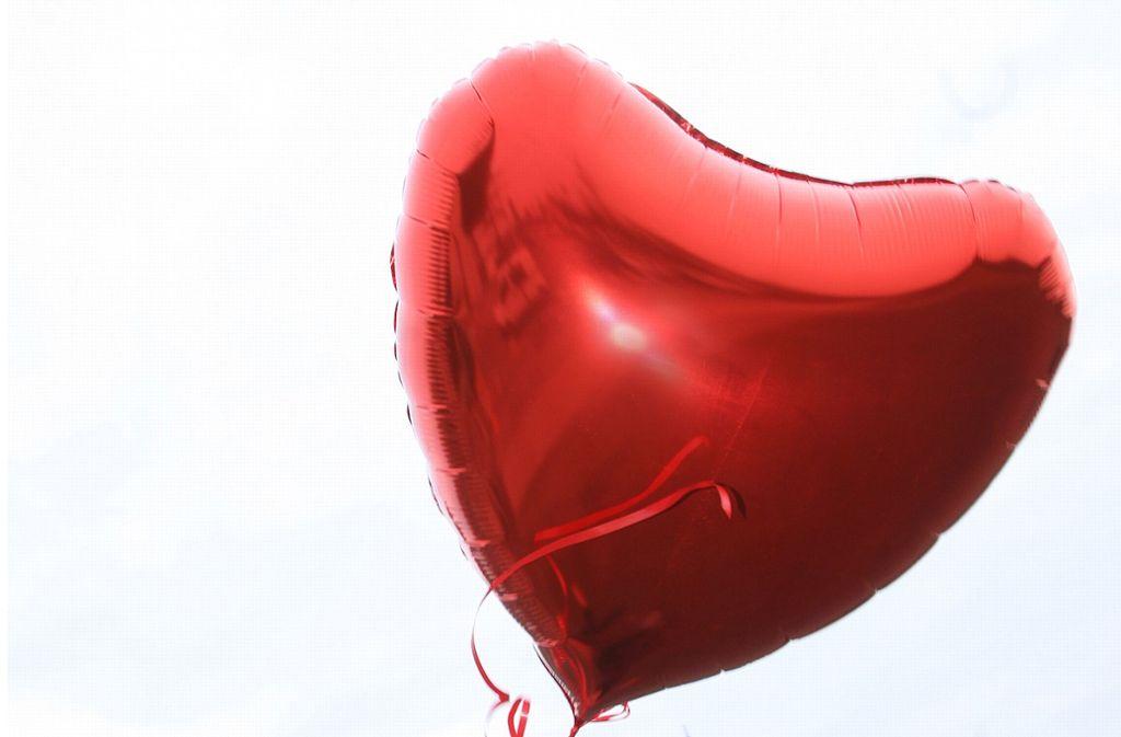 Hat der junge Mann die Liebe seines Lebens auf der Wiesn gefunden? (Symbolbild) Foto: picture alliance / dpa/Stephanie Pilick