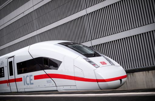 ICE-Gäste müssen nach Panne  über Steg in anderen Zug umsteigen