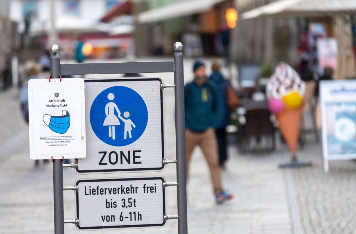 Bayern, Berchtesgaden: Ein Schild mit der Aufschrift «Ab hier gilt Maskenpflicht!» hängt am Eingang der Fußgängerzone. Foto: dpa/Peter Kneffel
