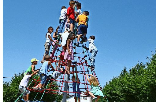 Die Kinder erobern den hohen Kletterturm