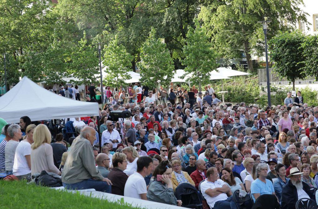 Viele Comedy-Fans sind in den Schlosspark nach Stetten gekommen. Foto: Patricia Sigerist