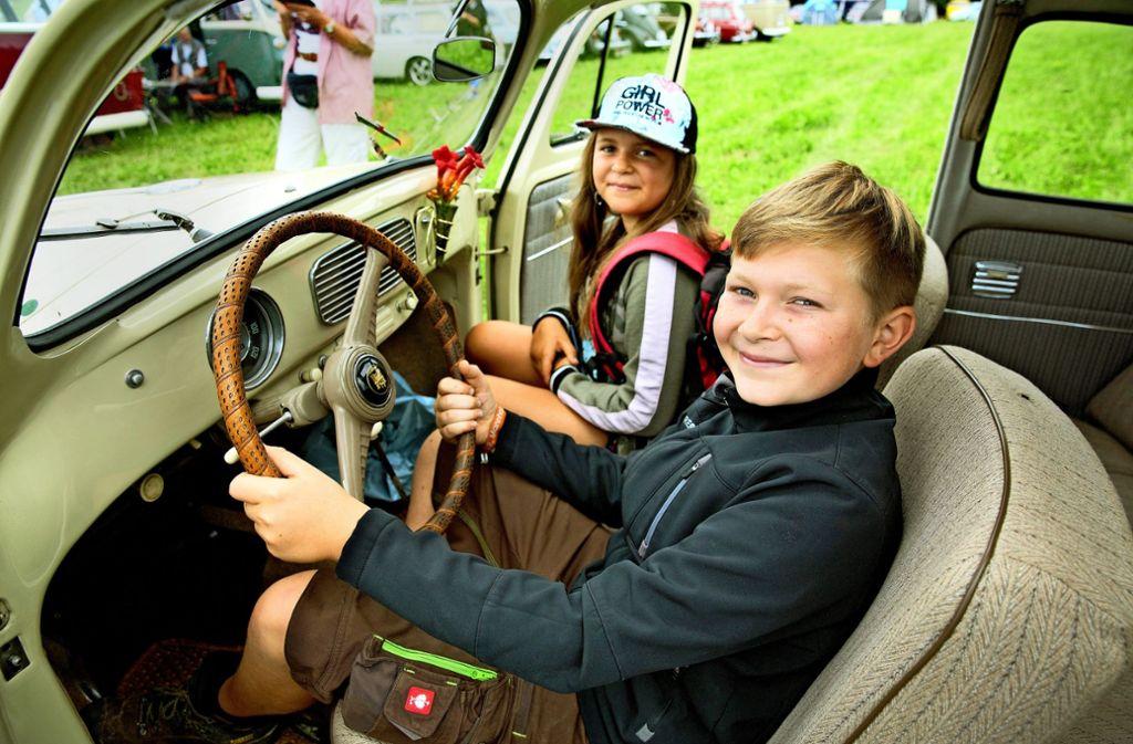 Die Innenausstattung des alten VW Käfers beschränkt sich auf das Nötigste. Doch das spartanische Cockpit lässt auch Kinderherzen höher schlagen. Foto: