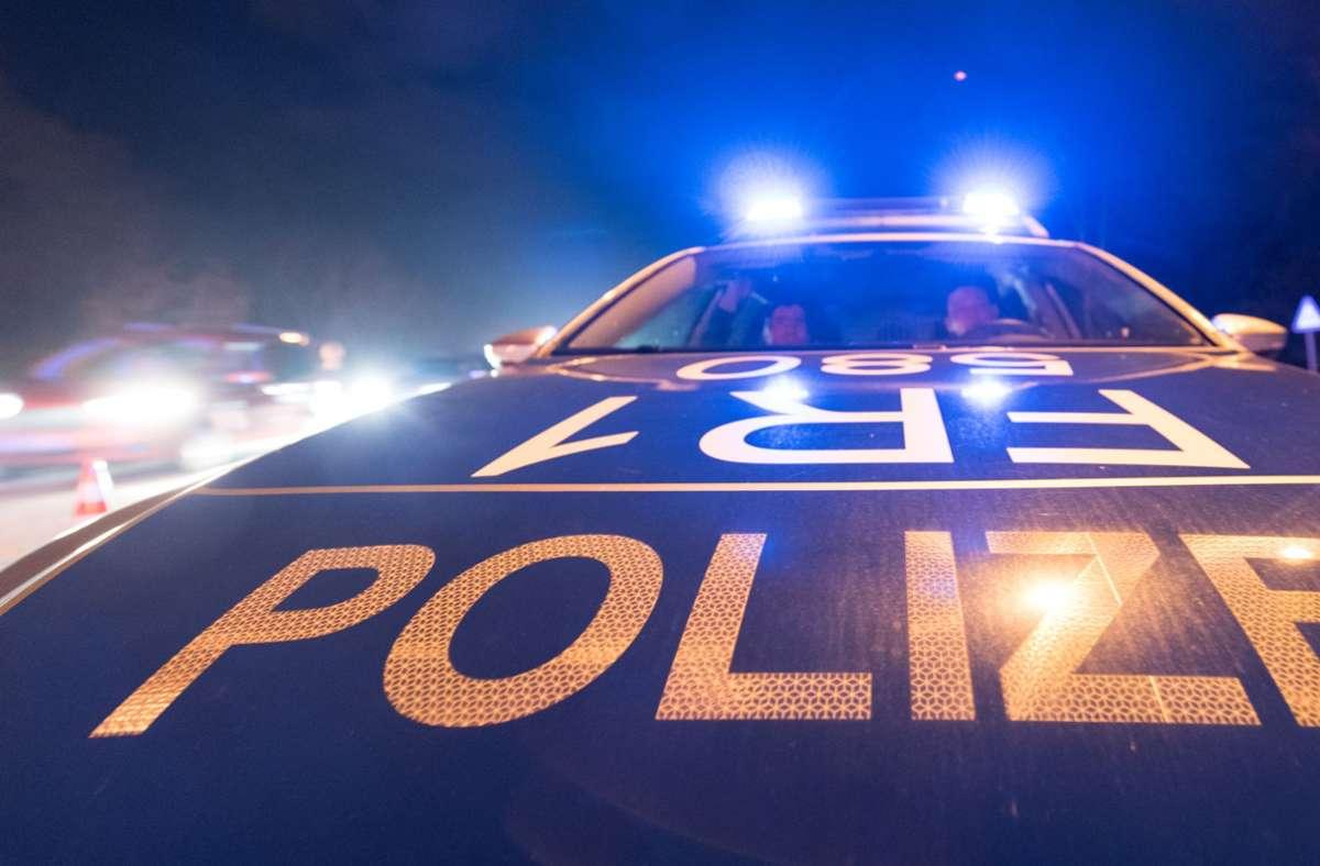 Die Polizei fahndet nach den restlichen Beteiligten des gefährlichen Streichs (Symbolfoto). Foto: picture alliance /dpa/Patrick Seeger