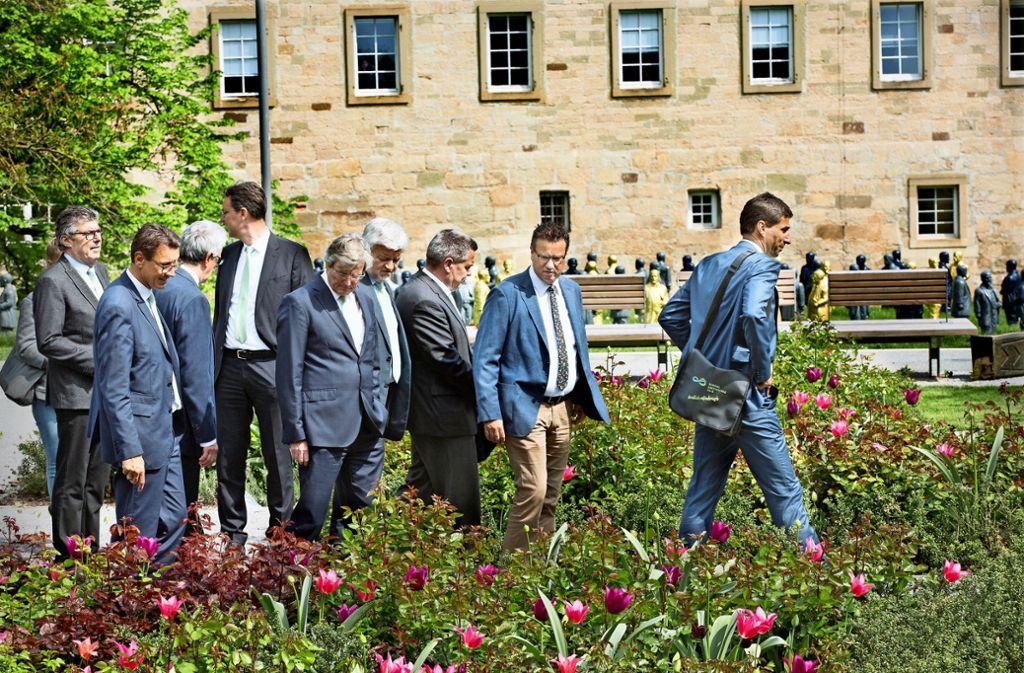Minister Peter Hauk (Zweiter von rechts) bewundert die Gärten am Schorndorfer Burgschloss. Foto: