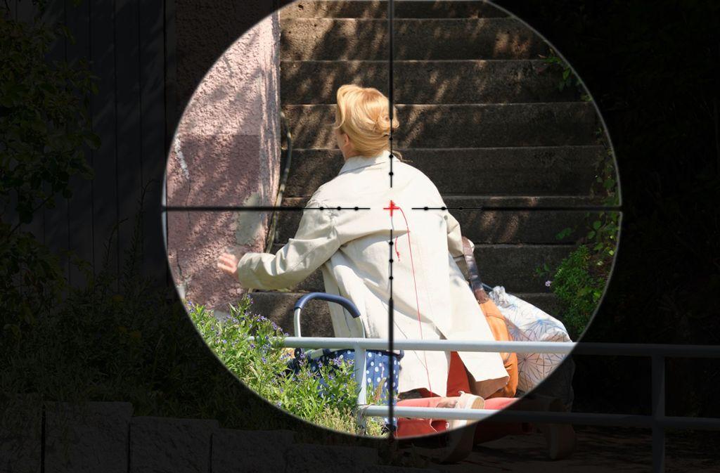 Scharfschütze Die Stuttgarter Journalistin eilt sich, doch sie wird nicht ankommen. Ihr Mörder scheint sie wahllos ins Visier genommen zu haben.  Foto: SWR Presse/Benoît Linder
