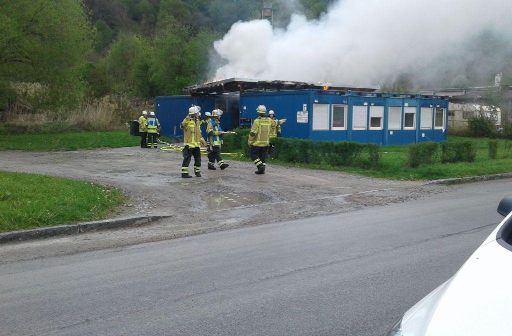 Bei einem Brand in Murrhardt (Rems-Murr-Kreis) sind Wohncontainer zur Unterbringung von Obdachlosen zerstört worden. Foto: SDMG