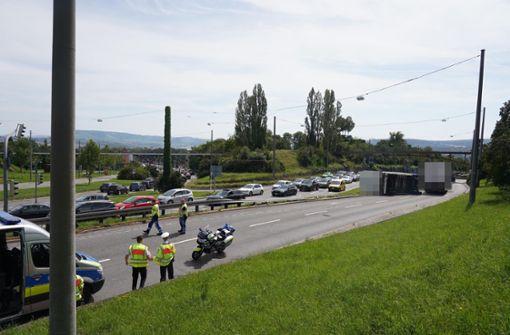 Lkw-Anhänger kippt um – B27 stundenlang gesperrt