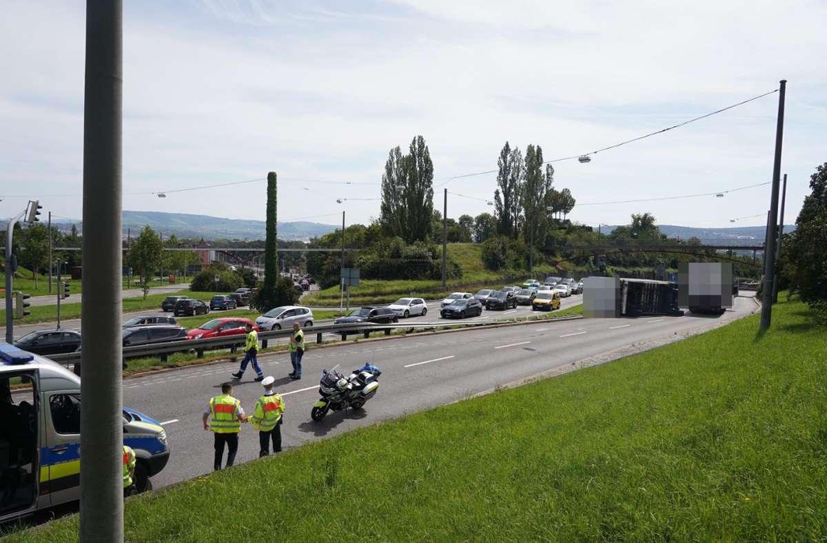 Der umgekippte Anhänger in der Heilbronner Straße. Foto: Fotoagentur-Stuttg/Andreas Rosar