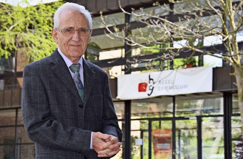 Mit 85 Jahren ist Jean Chauvet noch immer mehrmals in der Woche am Hegel-Gymnasium. Foto: Alexandra Kratz