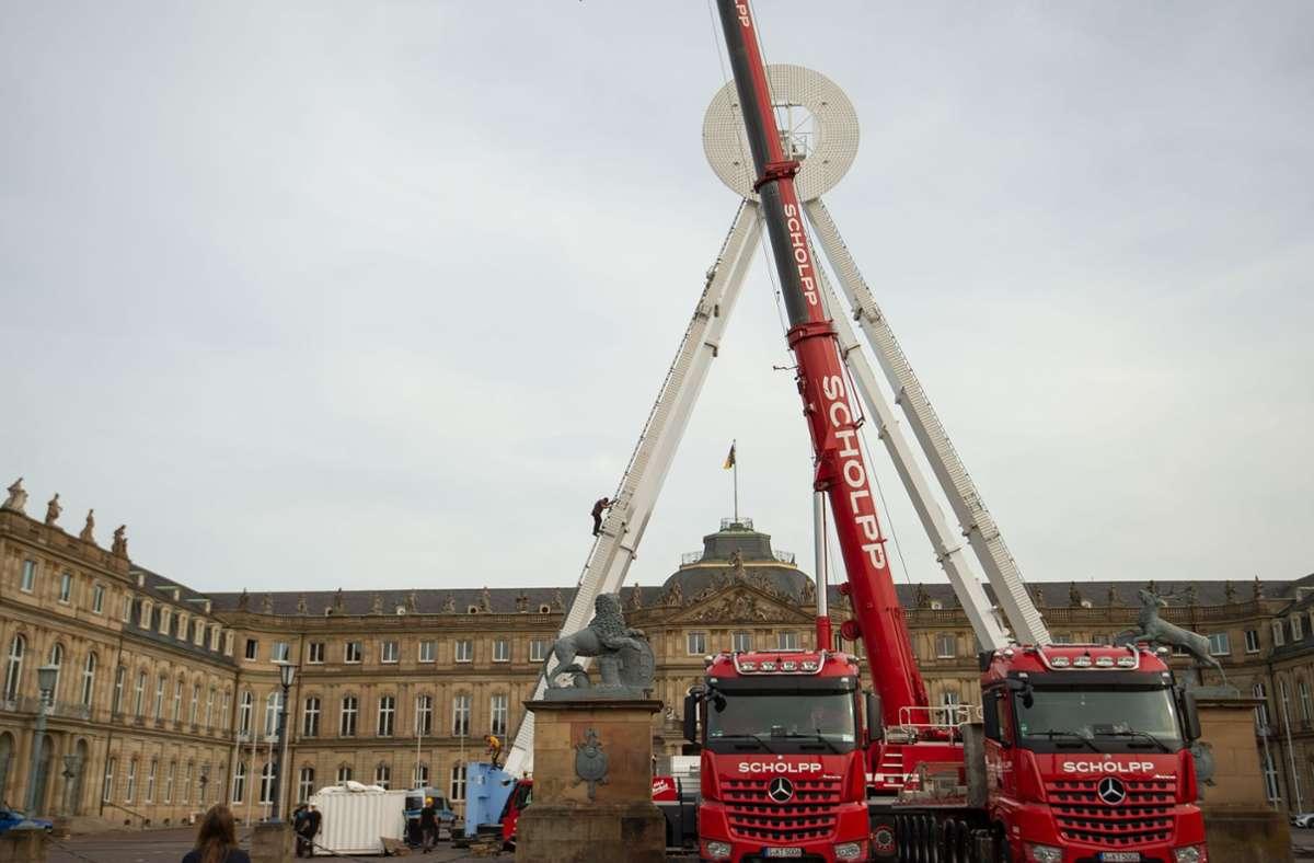 Im Ehrenhof des Neuen Schlosses hat der Aufbau für das Riesenrad Sky Lounge Wheel  (kleines Foto) begonnen. Foto: Lichtgut/Leif Piechowski/Bruch