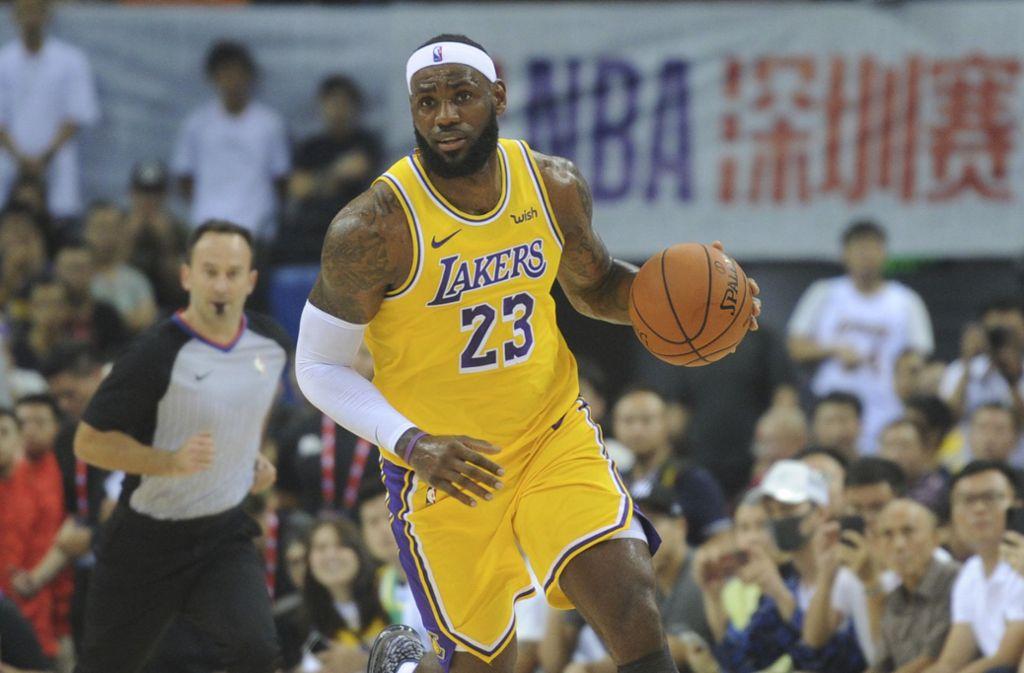 Basketball-Superstar LeBron James bei einem Vorbereitungsspiel im chinesischen Shenzhen. Foto: AP/Color China Photo
