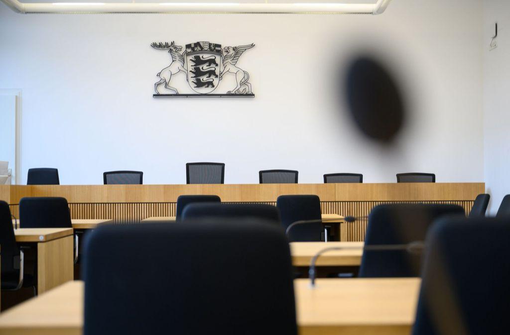 Einer leerer Gerichtssaal im Gebäude des Oberlandesgerichts in Stuttgart über den Richterstühlen: Wegen der Coronakrise werden Gerichtsverhandlungen abgesagt. Foto: dpa/Sebastian Gollnow