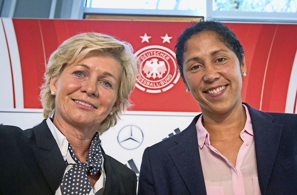 Zwei ganz erfolgreiche, die auch mal ganz klein im Mädchenfußball angefangen hatten: Silvia Neid und Steffi Jones, die Ex-Bundestrainerin und ihre Nachfolgerin. Foto: dpa