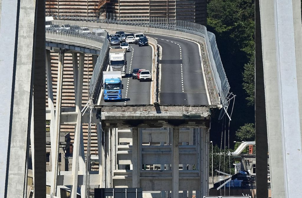 Die Reste der Autobahnbrücke in Genua sollen so schnell wie möglich abgerissen werden. Foto: ANSA/AP