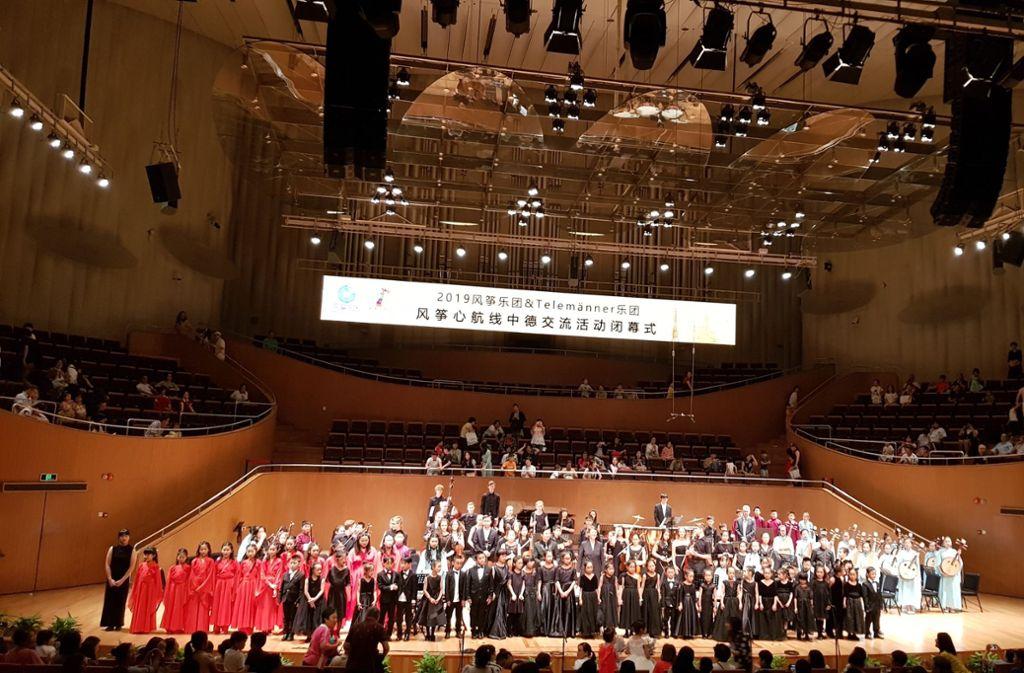 Stuttgarts Telemänner mit chinesischen Jugendlichen in Shanghai Foto: Gedok/Bade-Bräuning