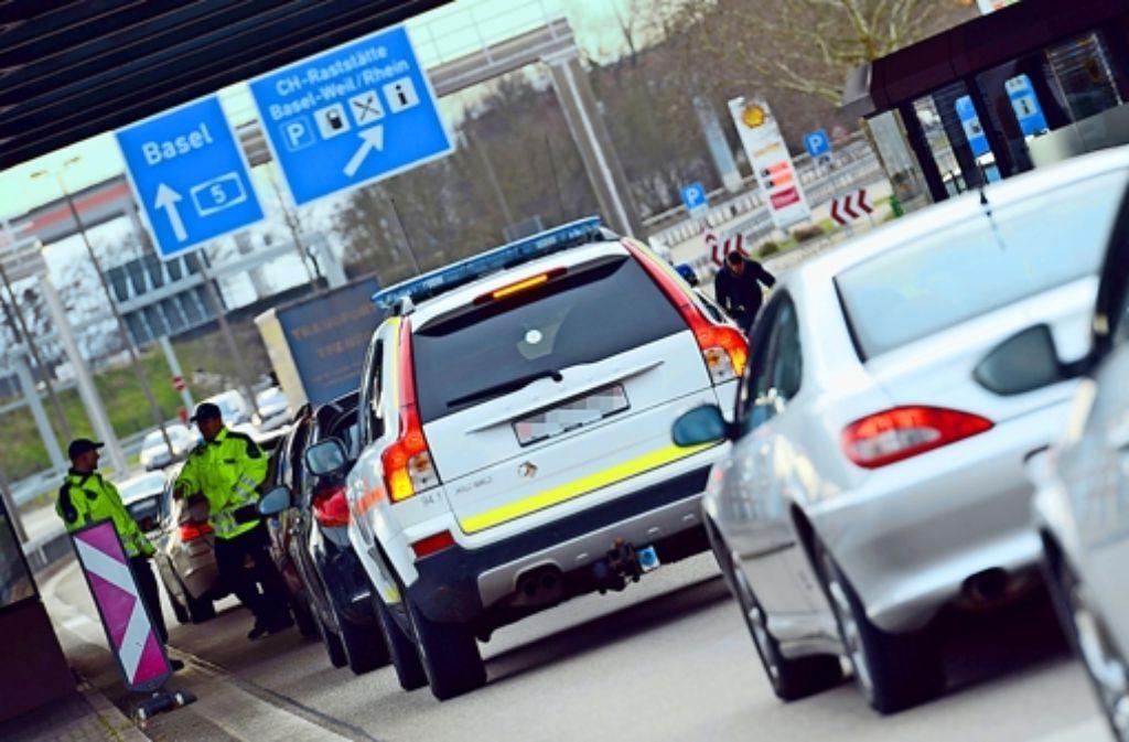 Der Grenzübergang bei Weil am Rhein – ihn passieren Tag für Tag auch etliche deutsche Arbeitnehmer, die bei den Eidgenossen ihre Brötchen verdienen. Foto: dpa