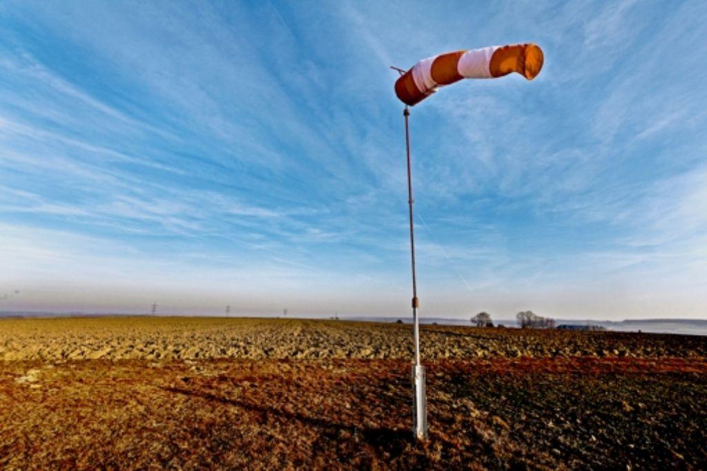 Der Flugplatz in Vaihingen liegt aktuell im Winterschlaf. Der Windsack der Segelflieger tut aber noch seinen Dienst. Foto: factum/Granville