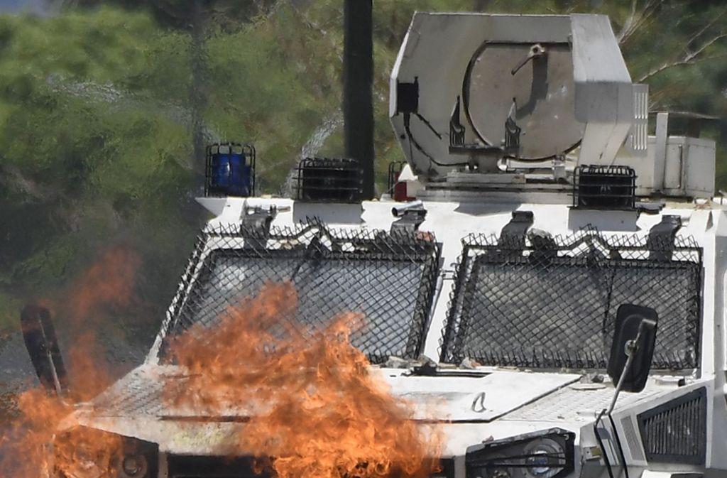 Auf TV-Bildern soll zusehen sein, wie ein Panzerwagen in eine Menschenmenge in Caracas gefahren ist. Foto: AFP