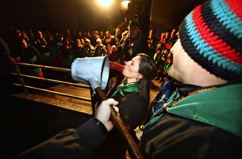 Mit einem großen Schluck vom Tauftrunk ist das Aufnahmeritual besiegelt. Foto: Horst Rudel
