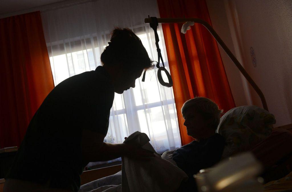 Für die Altenpflege durch ambulante Dienste oder Familienmitglieder sei oft nicht einmal ein Grundschutz vorhanden (Symbolbild). Foto: dpa/Jens Kalaene