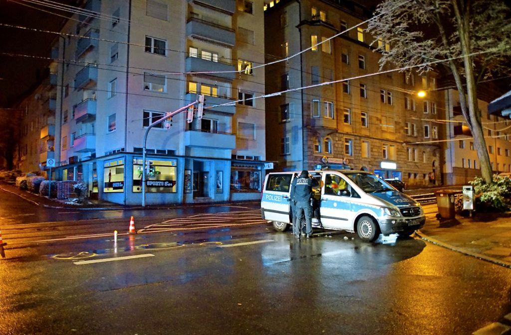 Die Polizei untersucht die Unfallstelle in der Bebelstraße im Stuttgarter Westen. Foto: SDMG