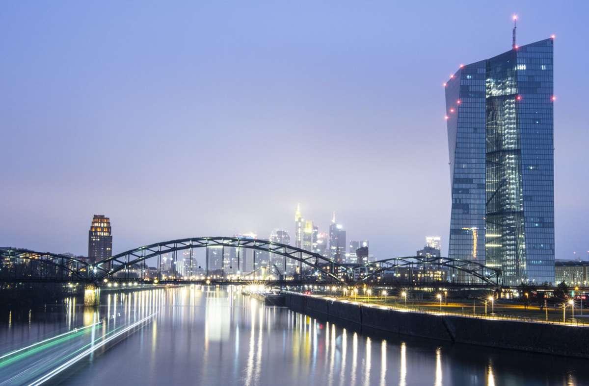Die umstrittenen Staatsanleihenkäufe der Europäischen Zentralbank sind nach einem Gerichtsurteil ausreichend überprüft worden. Foto: dpa/Boris Roessler