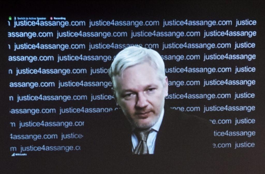 """Einen """"bedeutenden Sieg"""", nennt Julian Assange das Urteil der UN-Experten. Er äußerte sich  per Video-Übertragung aus der Botschaft von Ecuador in London. Foto: EPA"""