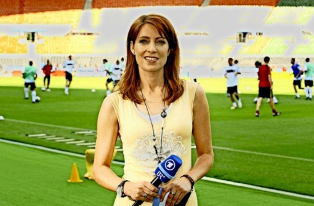 Vor der Operation: Monica Lierhaus als ARD-Sportmoderatorin bei der EM 2008 in Wien. Danach: bei einem Interview  mit  Bundestrainer   Jogi Löw während der WM  2014 in Brasilien. Foto: dpa
