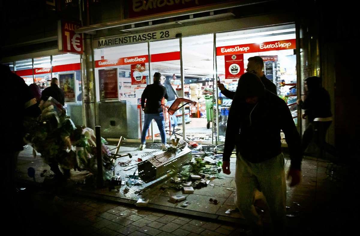 Mit 17 Fahndungsfotos sucht die Polizei nach weiteren Tatverdächtigen aus der Krawallnacht. In der Bildergalerie sind alle von der Polizei veröffentlichten Fotos einsehbar. Foto: dpa/Julian Rettig (Archiv)