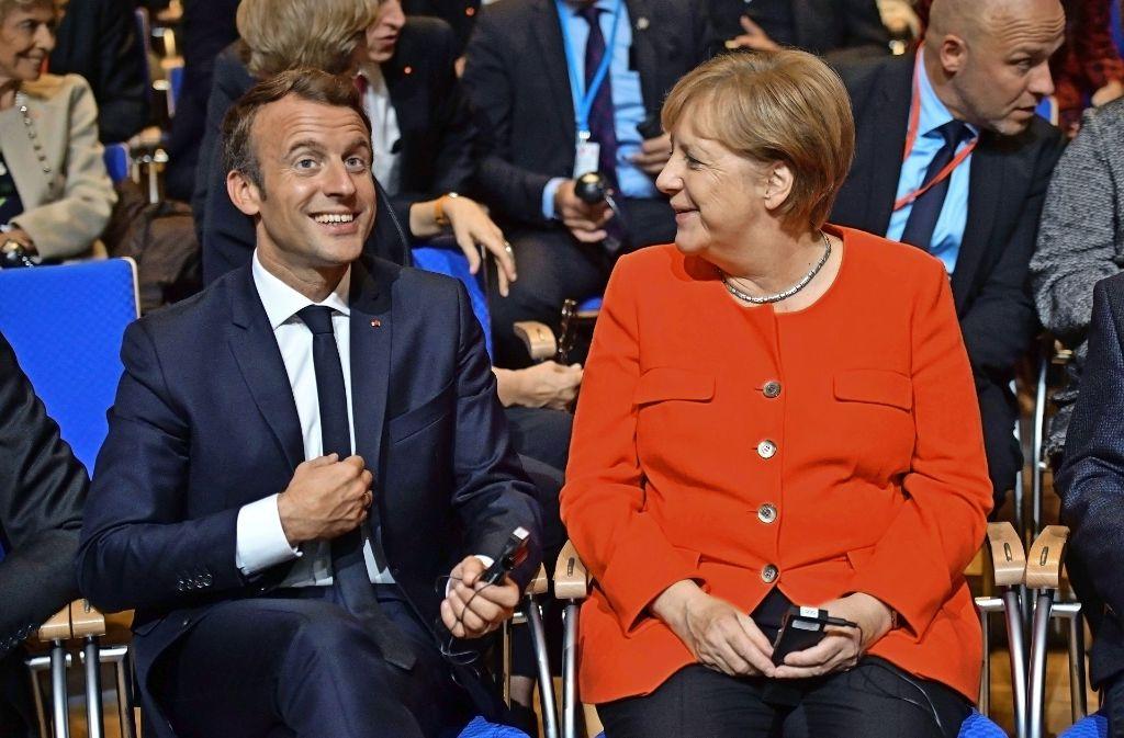Frankreichs Staatspräsident Emmanuel Macron und Bundeskanzlerin Angela Merkel haben offenbar Spaß am Buchevent. Foto: Getty Images Europe