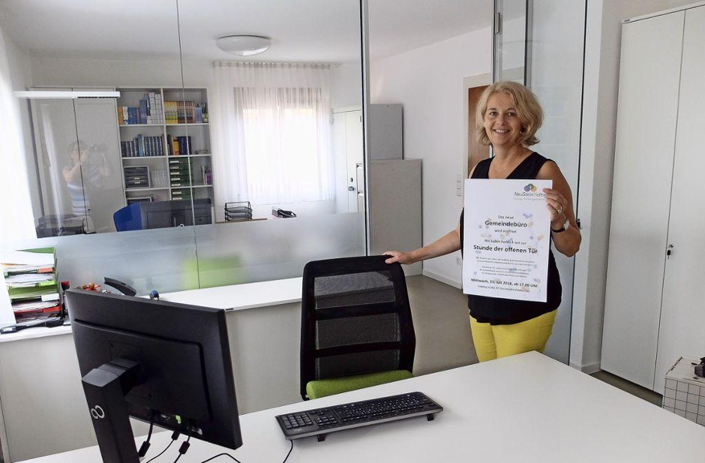 Pfarrerin Dorothee Niethammer-Schwegler zeigt die Räumlichkeiten  des neuen Gemeindebüros Neu-Stein-Hofen. Foto: