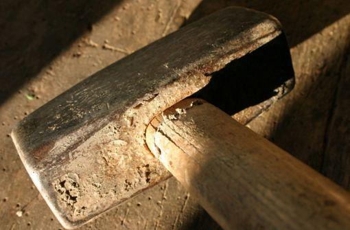 Duo zertrümmert Schaufensterscheibe mit Vorschlaghammer