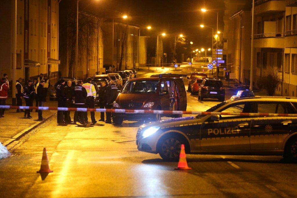 Auf eine Flüchtlingsunterkunft in Villingen-Schwenningen wurde ein Anschlag verübt. Die Polizei sperrte das Gelände und angrenzende Straßen in der Nacht weiträumig ab. Foto: Eich