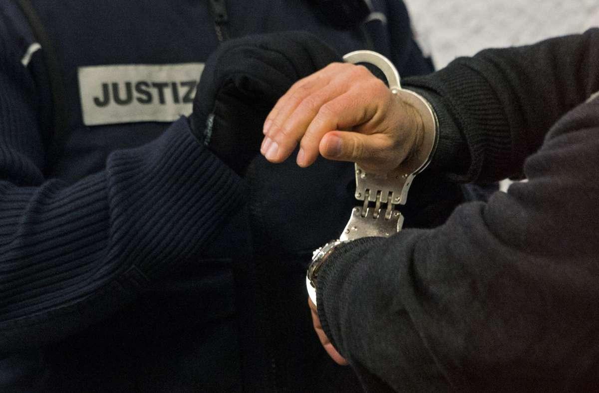 Nur einer der drei Angeklagten soll das Messer geführt haben. Foto: dpa/Marijan Murat