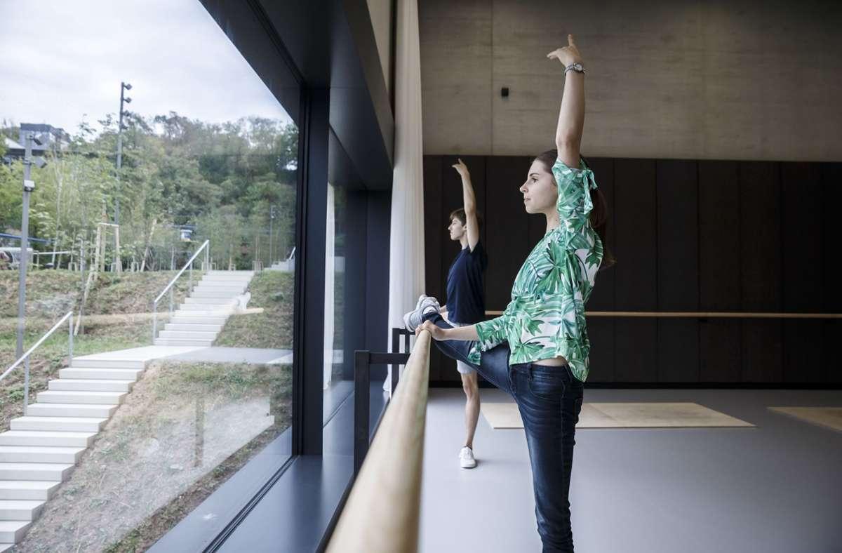 Die Ballettsäle der neuen Cranko-Schule sitzen wie Staffeln am Hang. Katia und Ivan, zwei Schüler der weltberühmten Ballettschule, haben uns durch das Haus geführt, unsere Bildergalerie lädt ein zum Rundgang. Foto: Lichtgut/Julian Rettig