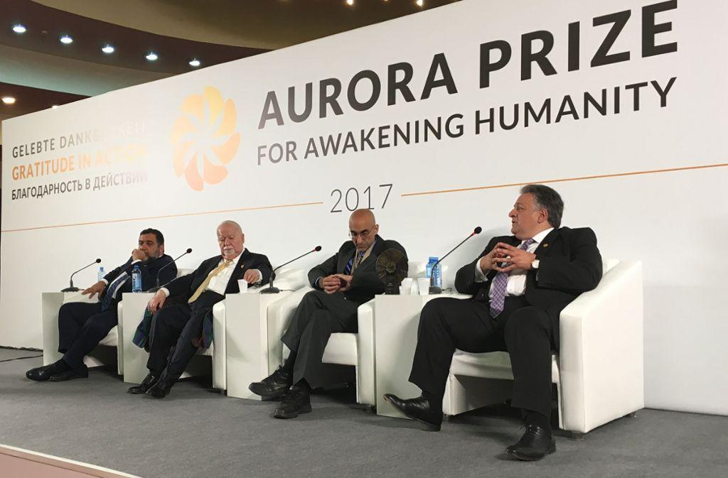 Tom Catena (zweiter von rechts) hat 2017 den Aurora-Preis verliehen bekommen. Vartan Gregorian (zweiter von links) ärgert sich über kritische Fragen bei der Pressekonferenz.  Der Aurora-Preisträger: Tom Catena, Chirurg  im Sudan Foto: Krohn
