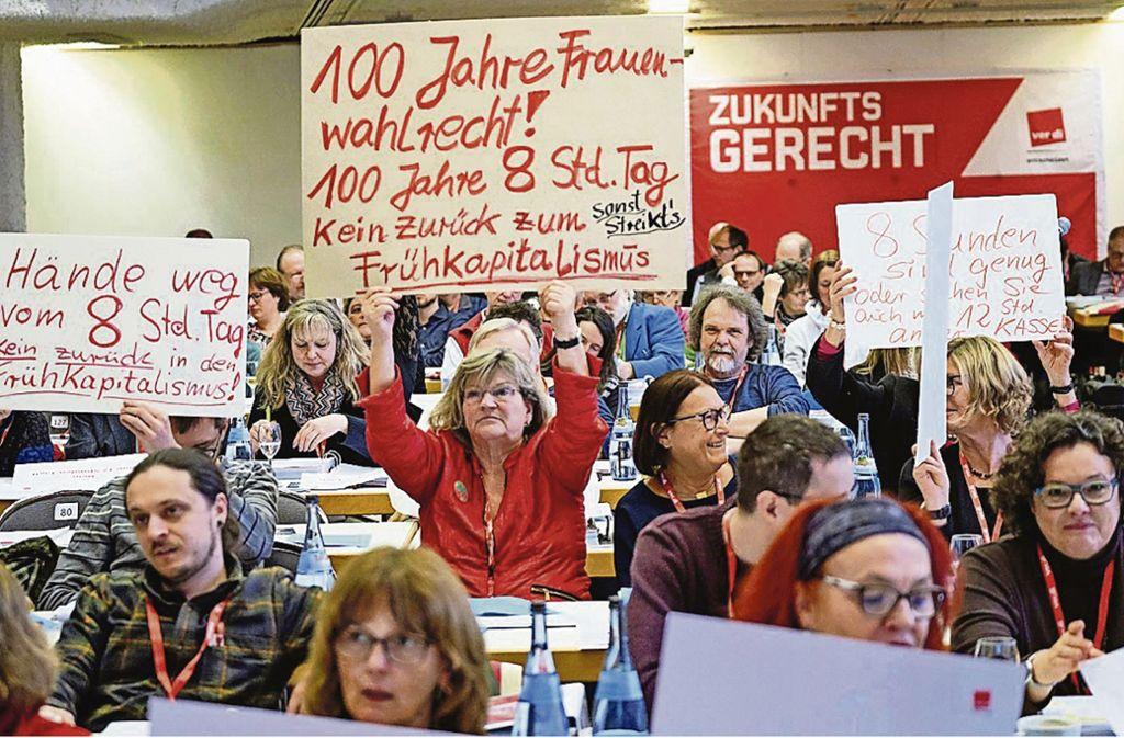 Die  Wirtschaftsministerin wird von den Verdi-Delegierten  in Leinfelden mit Protestschildern empfangen. Foto: Graffiti/Röttgers