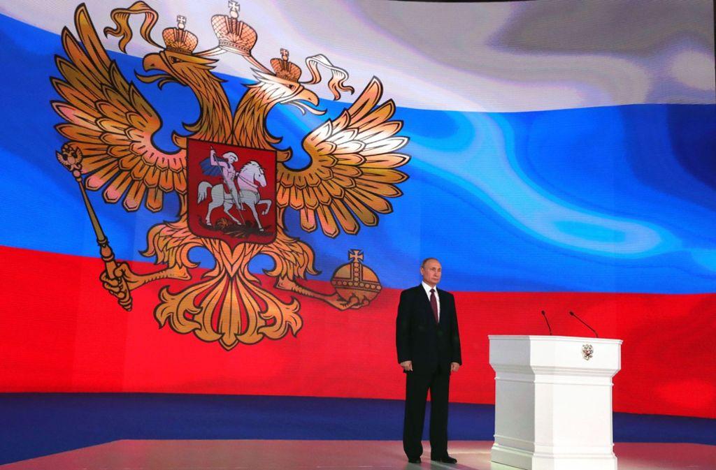 Vor dem russischen Staatswappen: Wladimir Putin beschwört die Kraft des Landes. Foto: SPUTNIK