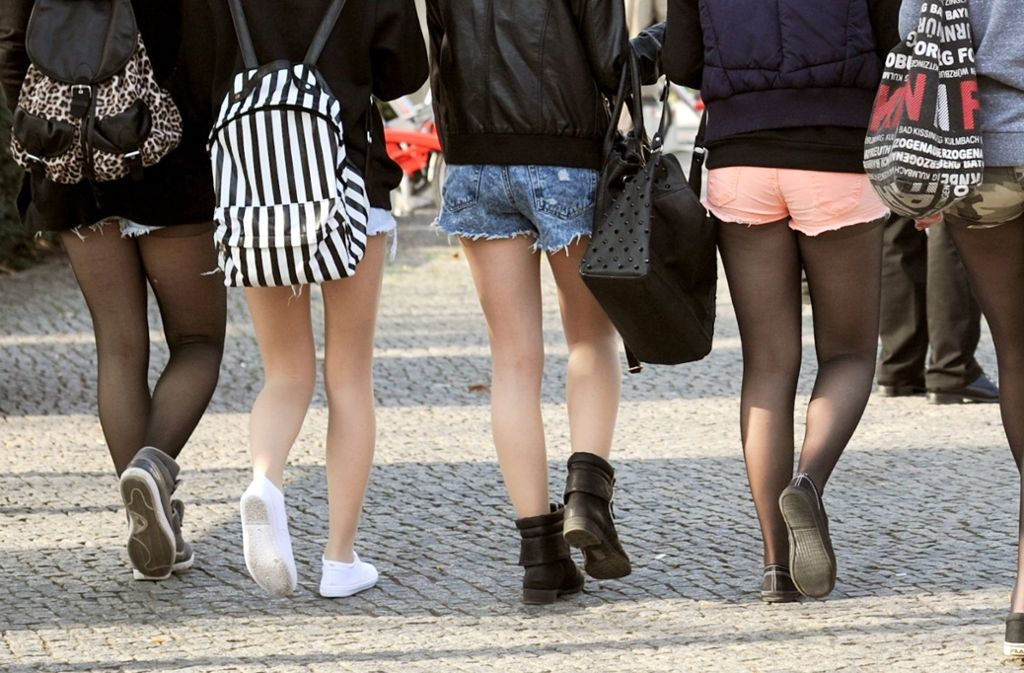 Sollte man in Hotpants, Jogginghose und Co. in die Schule gehen? Foto: dpa