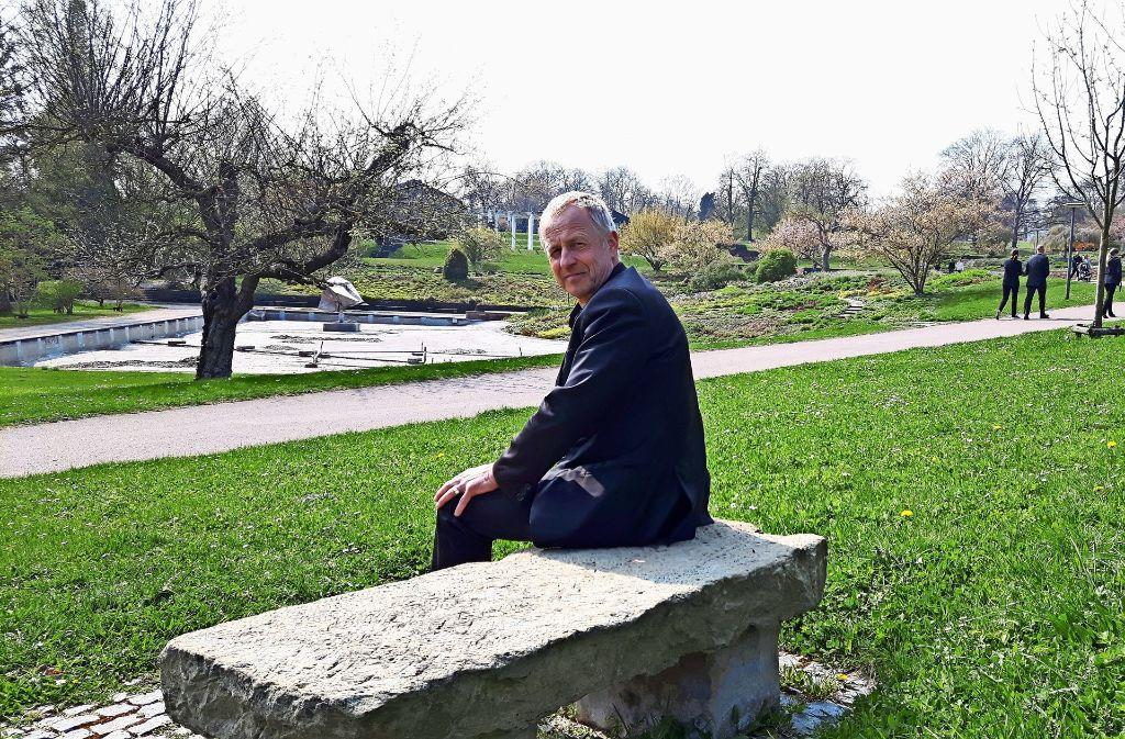 Volker Schiner (oben) freut sich, dass seine Leute anpacken und die  Seen im Höhenpark putzen (Mitte), während Groß und Klein den Park bereits genießen. Foto: Eva Funke