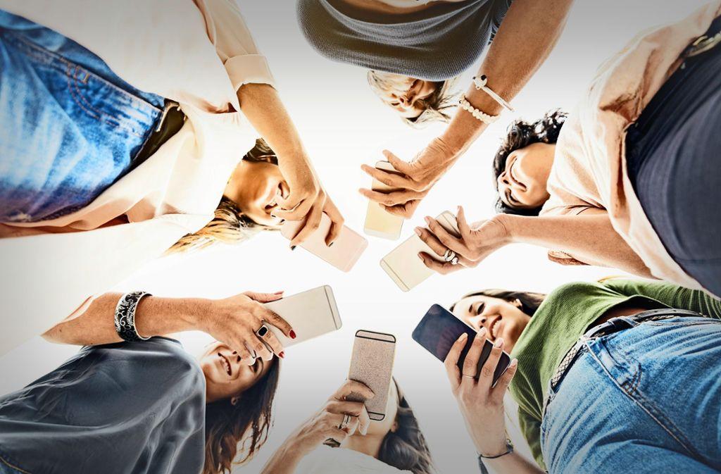 Das Smartphone ist für die meisten Menschen zum Alltagsbegleiter geworden – und es hat die Kommunikation grundlegend verändert. Foto: Santypan/AdobeStock, Uni Mannheim