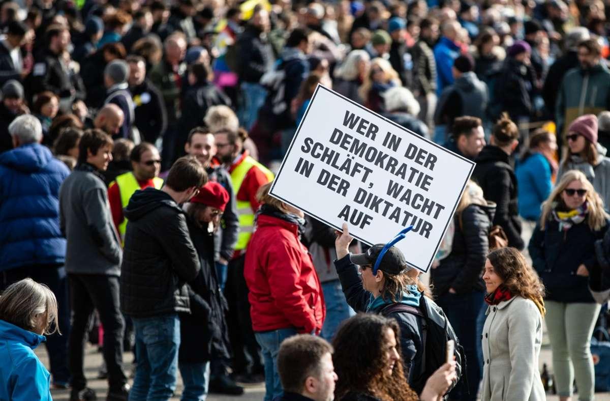 Auf dem Cannstatter Wasen hatten sich am Karsamstag zeitweise bis zu 15 000 Menschen größtenteils ohne Masken und Mindestabstand versammelt. (Archivbild) Foto: dpa/Christoph Schmidt