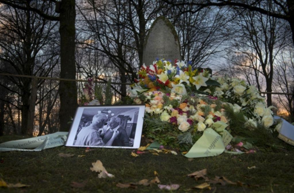 Am 20. November war Dieter Hildebrandt im Alter von 86 Jahren gestorben. Nun wurde er mit einer bewegenden Trauerfeier in München verabschiedet. Familienangehörige und Trauernde begleiten den Verstorbenen auf seinem letzten Weg. Foto: Getty Images Europe