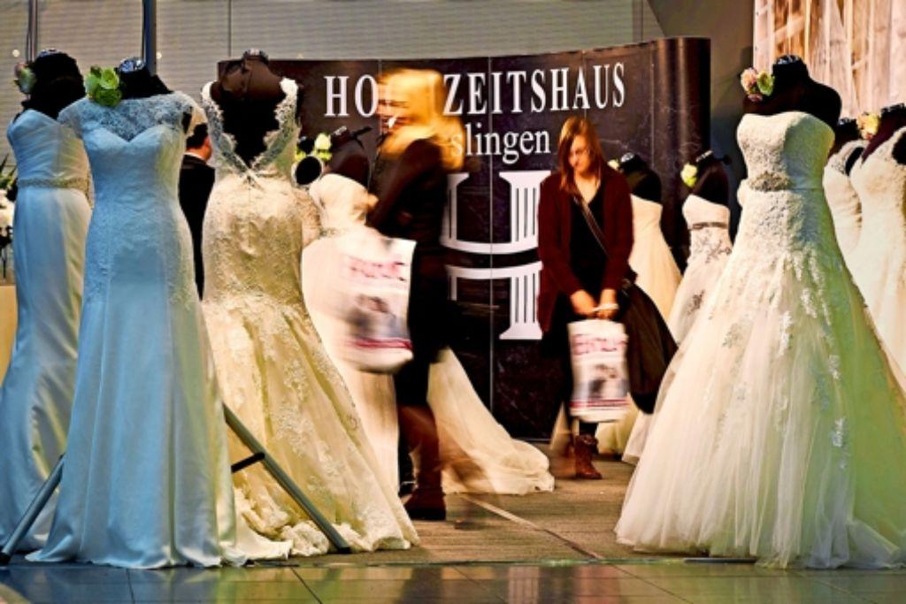 Weiß  muss es meist sein, das Brautkleid. Etwa 1200 bis 2000 Euro geben die Paare für das Kleid samt  notwendigem Zubehör im Durchschnitt  aus. Foto: Heinz Heiss
