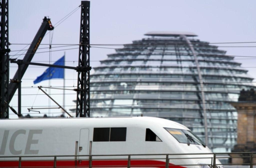Erstmals ist ein regulärer ICE für Flüchtlinge geräumt worden. Der Zug fährt von München nach Berlin (Symbolbild). Foto: dpa